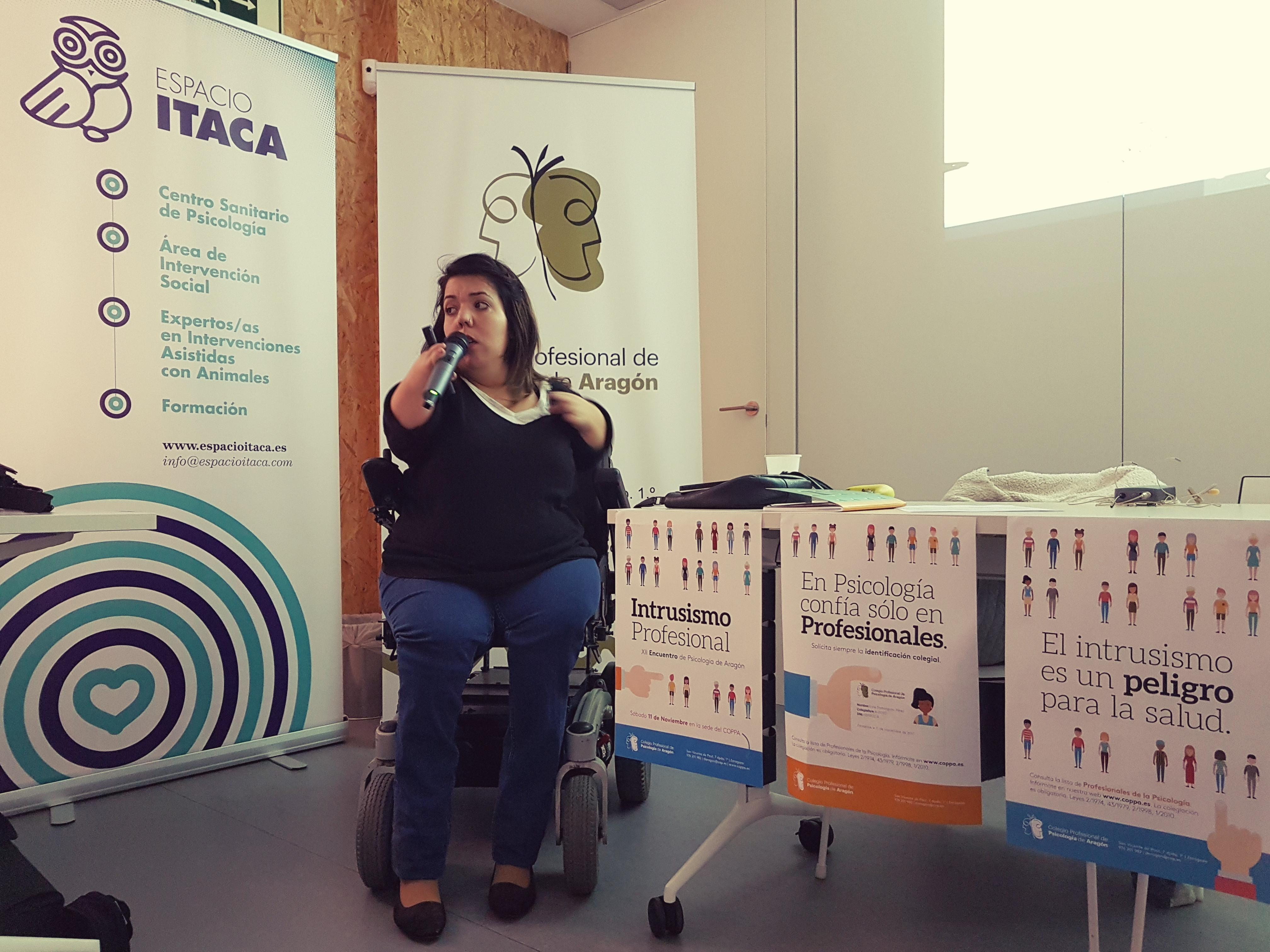 Nuria Embid dando clase desde su silla de ruedas