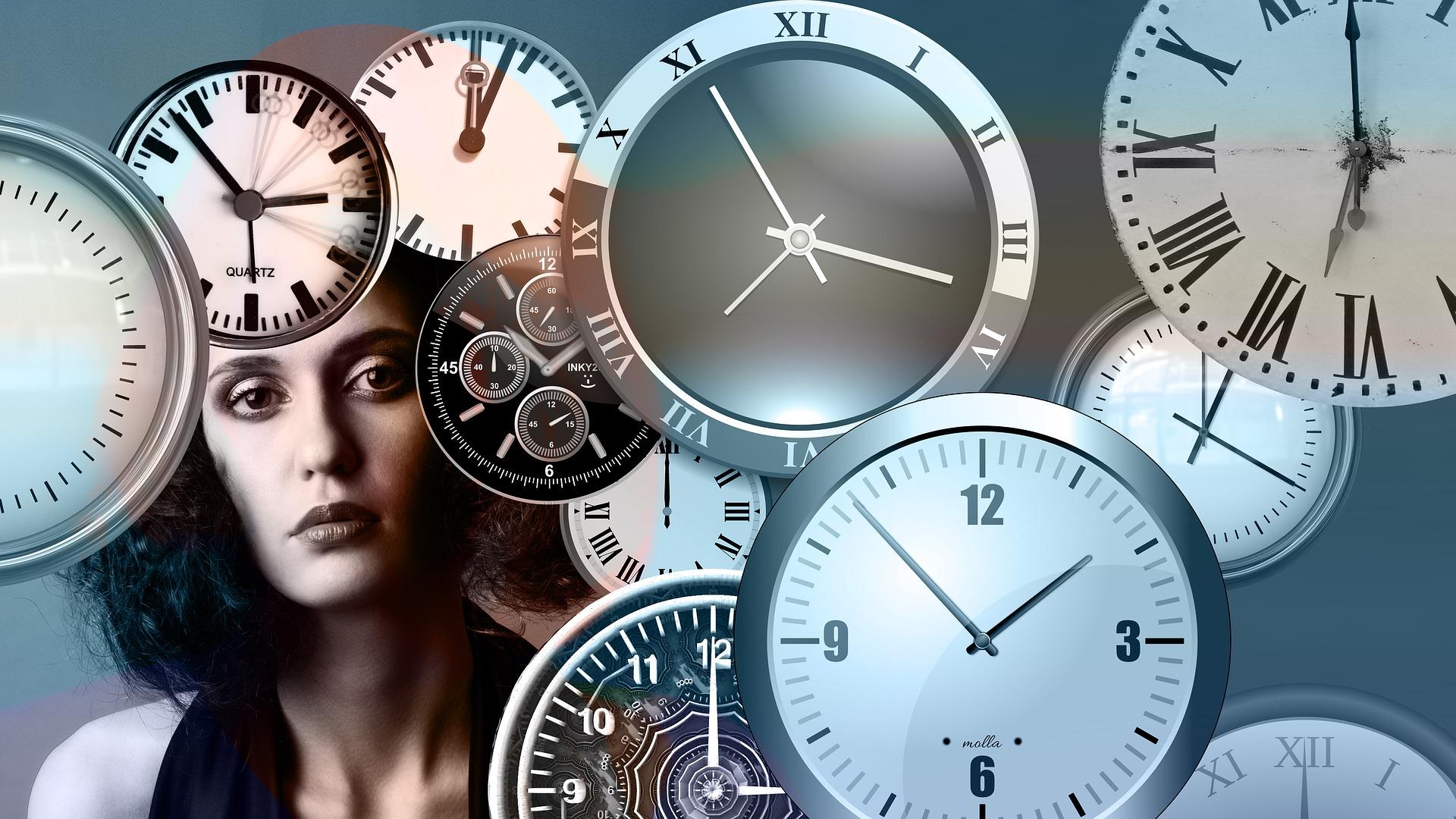 Muchos relojes a distintas horas