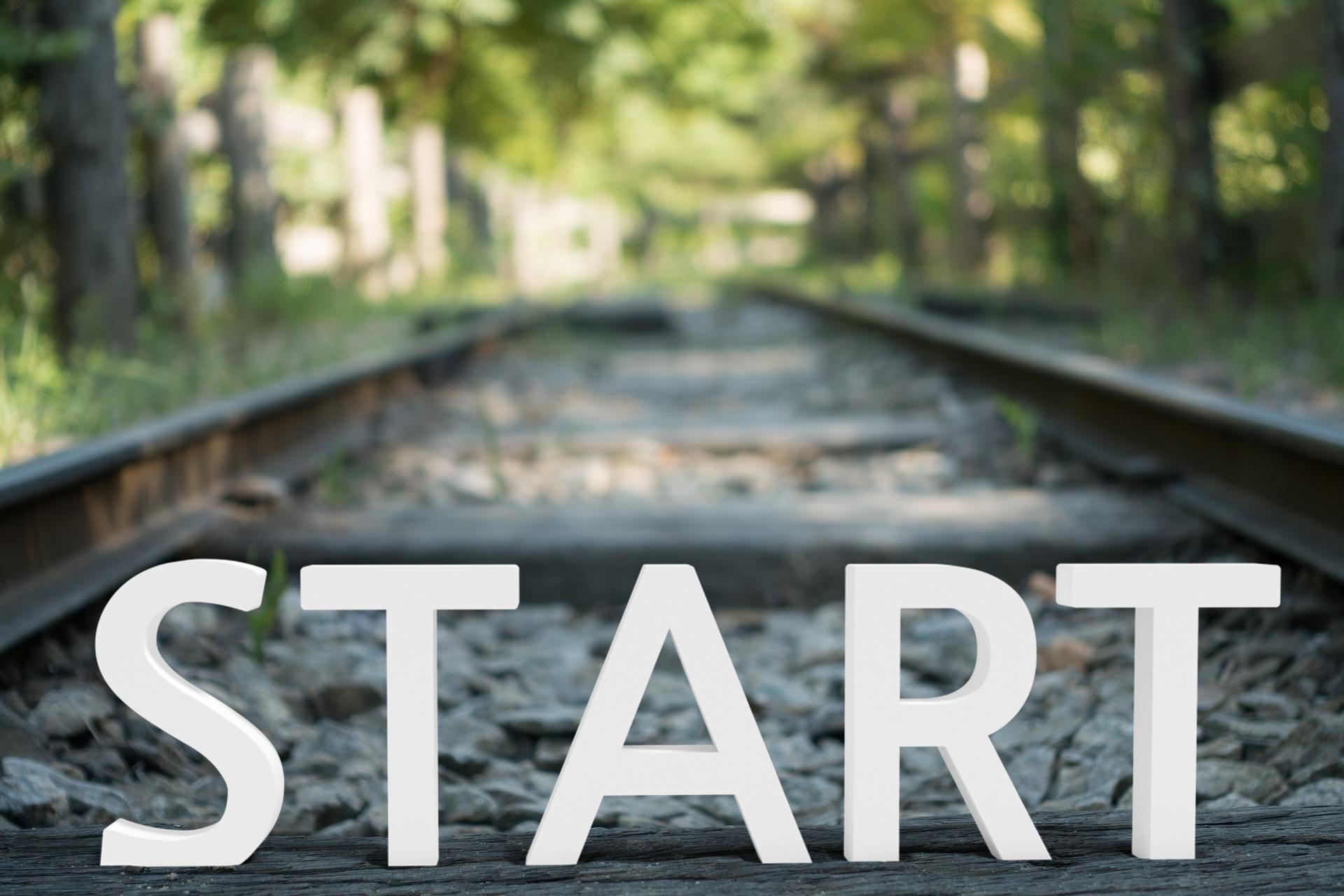 Una imagen de una vía de tren y la palabra START