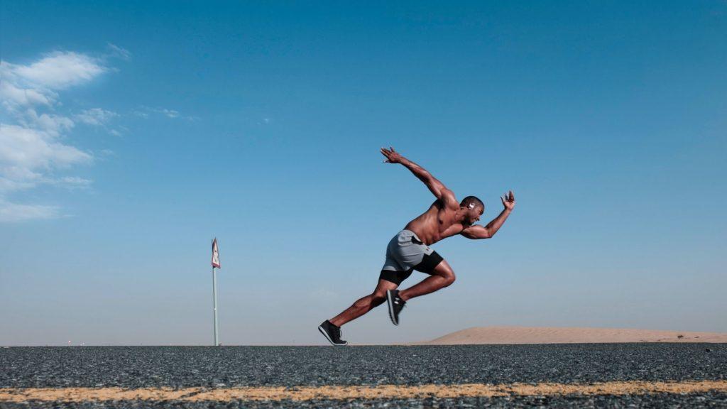 atleta arrancando su carrera