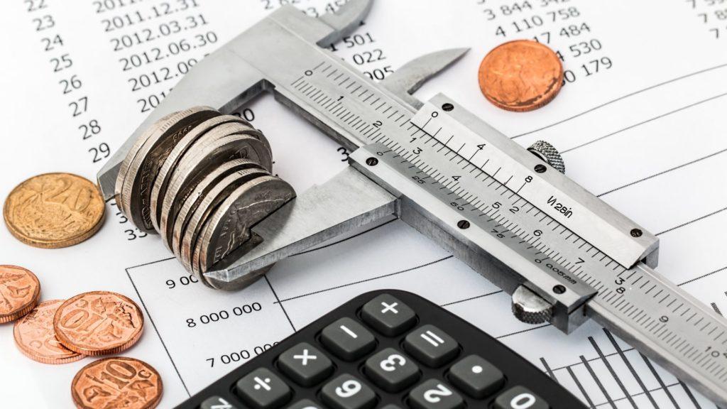 midiendo monedas juntas con un micrómetro
