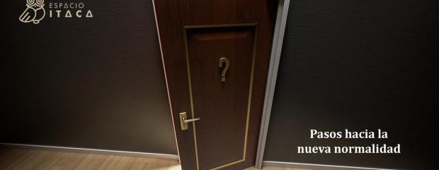 Una puerta entreabierta con un interrogante