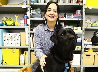 Sandra Sánchez posando con Peca en la sala de actividades de Espacio Ítaca
